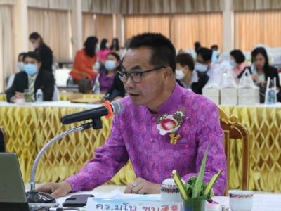 ดร.มโน ชุนดี ผอ.สพป.ลพบุรี เขต 2 และคณะกรรมการให้คำปรึกษา/แนะนำ  (Coaching Team) เข้ารับฟังการรายงานผล การปฏิบัติงานในหน้าที่ตำแหน่งผู้อำนวยการสำนักงาน เขตพื้นที่การศึกษา