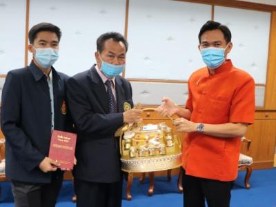 ดร.มโน ชุนดี ผอ.สพป.ลพบุรี เขต 2 เข้ามอบกระเช้าของขวัญและขอพร จากท่านผู้ว่าราชการจังหวัดลพบุรี นายนิวัฒน์  รุ่งสาคร  และรองผู้ว่าราชการจังหวัดลพบุรี เนื่องในโอกาสวันขึ้นปีใหม่ 2564