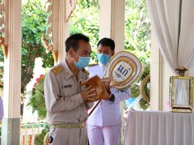 ดร.มโน ชุนดี ผอ.สพป.ลพบุรี เขต 2  ร่วมเป็นประธาน ในพิธีพระราชทานเพลิงศพ คุณแม่บุญช่วย ชูเชิด มารดา ผอ.ทวีศักดิ์ ชูเชิด ผู้อำนวยการ โรงเรียนบ้านม่วงค่อม