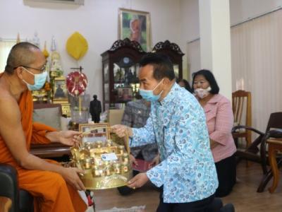 ดร.มโน ชุนดี ผอ.สพป.ลพบุรี เขต 2 และบุคลากรทางการศึกษา  เข้ากราบนมัสการพระครูสุวัฒน์จันทรโชติ และตรวจเยี่ยม รร.บ้านยางราก